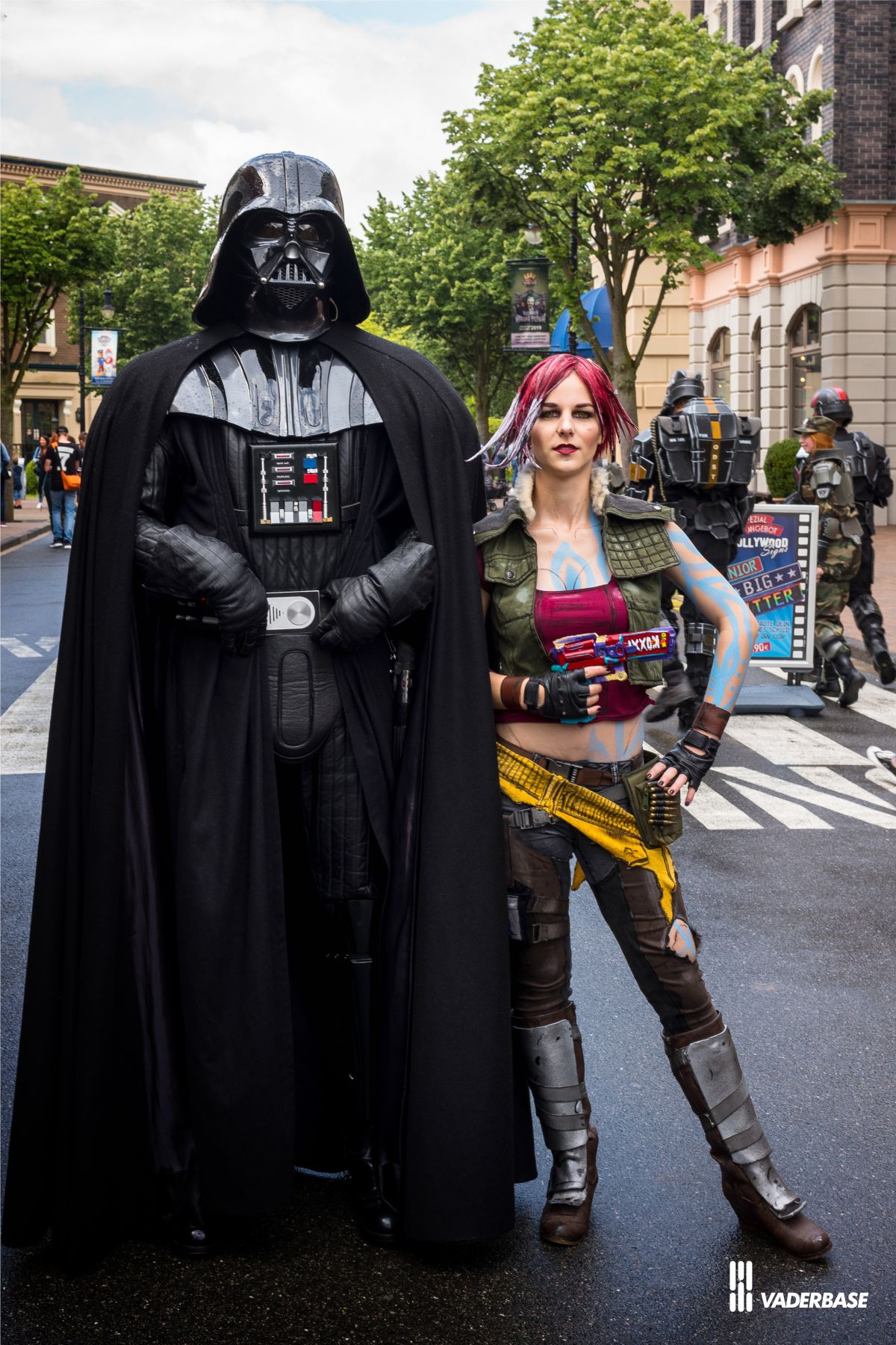 www.vaderbase.lima-city.de/Bilder/cosplayday_moviepark_2019/vader_lillith.jpg